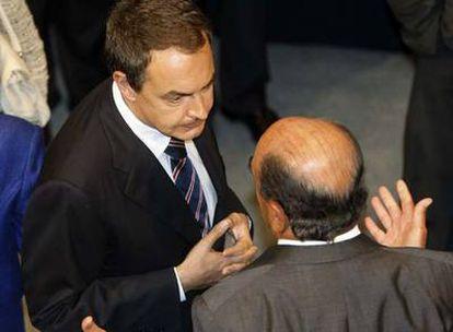 Zapatero conversa con Emilio Botín, presidente del Santander.