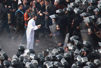 Varios manifestantes discuten con policías en el centro de El Cairo, en enero.