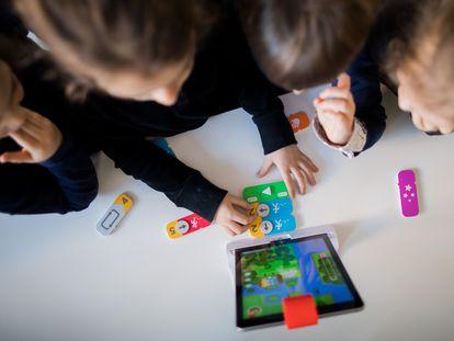 En la imagen: Niños en una guardería alemana realizando programación por bloques con un iPad (Rolf Vennenbernd / Getty Images). Vídeo: Siete lenguajes para iniciarse en la programación (OLB)