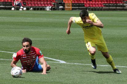 Gerard Moreno sortea a un defensor del Granada antes de marcar uno de sus goles en la Liga.