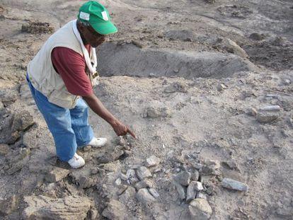 Mohamed Ahmedin señala el lugar exacto en que se halló la mandíbula del humano más antiguo que se conoce
