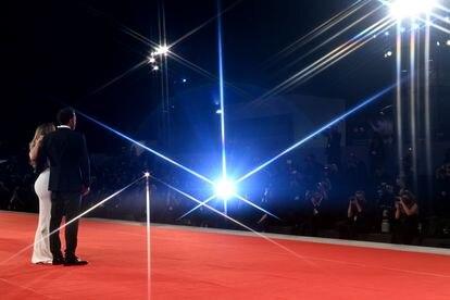La imagen de Jennifer Lopez y Ben Affleck en el Festival de Venecia de 2021 es el epítome de la superpareja: dos personas que paralizan a un ejército de fotógrafos.