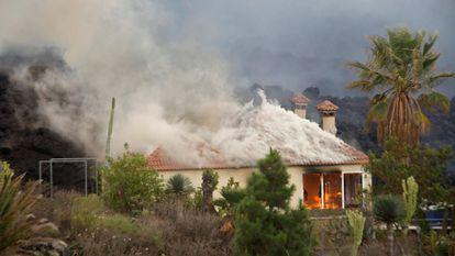 Una casa es destruida por la lava del volcán en la región de Los Llanos el 20 de septiembre de 2021, en El Paso, La Palma.