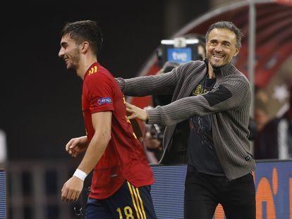 Luis Enrique felicita a Ferran Torres tras ser sustituido después de marcar tres goles ante Alemania este martes en La Cartuja.