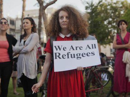 """Una manifestante, con un cartel que dice """"Todos somos refugiados"""" este jueves en un acto en apoyo de los inmigrantes africanos en Tel Aviv."""