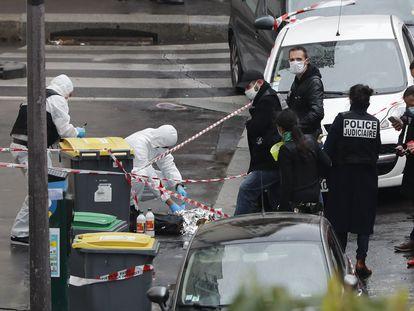 Agentes aseguran el área donde el viernes un hombre atacó con un cuchillo a dos personas cerca de la antigua sede de Charlie Hebdo en París