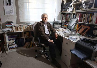 El historiador Santos Juliá, en el despacho de su casa de Madrid.