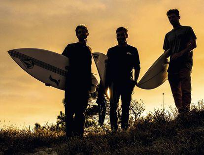 Los tres miembros que componen el equipo masculino de surf.