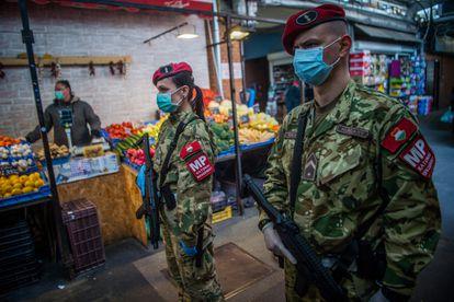 Policías militares patrullan este martes en un mercado de Budapest.