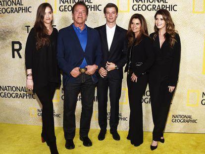 Arnold Schwarzenegger y Maria Shriver con tres de sus cuatro hijos: Christina, a la izquierda, y Patrick y Katherine, a la derecha, en Los Ángeles, en 2017.