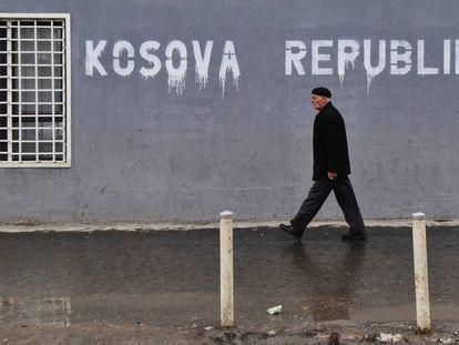 """Un albanés pasa ante un cartel en el que se lee """"República de Kosovo"""", en Prístina."""