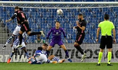 Sergio Ramos lo intenta de cabeza ante la portería de Remiro.
