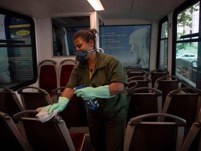 Una trabajadora desinfecta un tren que lleva turistas hasta el Cristo Redentor en el cerro Corcovado, en Río de Janeiro.