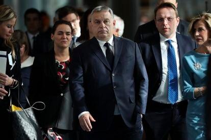 El primer ministro húngaro, Viktor Orbán (en el centro), llega a una reunión del Partido Popular Europeo, en Bruselas en marzo de 2019.