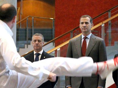 El Rey en el centro y a su derecha el lehendakari, durante la recepción a las autoridades en el Palacio Euskaduna de Bilbao