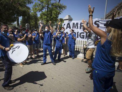 Protesta de trabajadores de Airbus Puerto Real ante el Parlamento Andaluz, este miércoles en Sevilla.