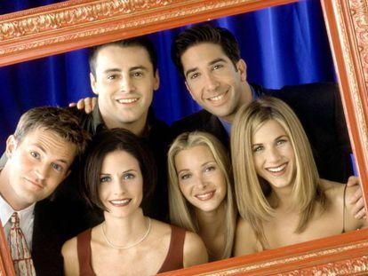 Los protagonistas de 'Friends': Matthew Perry, Courteney Cox Arquette, Matt LeBlanc, Lisa Kudrow, David Schwimmer y Jennifer Aniston. En vídeo, la cabecera de la serie.