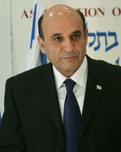 El ministro de Defensa de Israel, Saúl Mofaz, durante una conferencia de prensa en Tel Aviv, en diciembre de 2005.