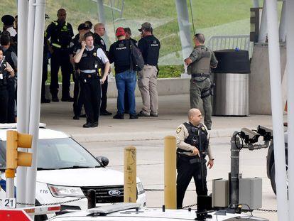 Policías durante un operativo cerca de la entrada del Pentágono luego del reporte de un hombre armado.