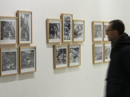 Una persona durante su visita a la exposición de Centelles en Lleida.