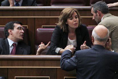 Sáenz de Santamaría dialoga con Duran en el pleno del Congreso. A la izquierda, José Luis Ayllón.