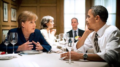 El presidente Obama y la canciller alemana Angela Merkel comparten mantel en el restaurante 1789 de Washington.