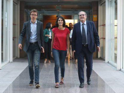 Desde la izquierda, los portavoces en la Asamblea de Madrid Íñigo Errejón (Más Madrid), Isabel Serra (Podemos) y Ángel Gabilondo (PSOE), antes de registrar la solicitud de creación de la comisión de investigación de Avalmadrid. En video, las declaraciones de Serra.