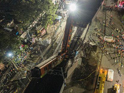 Vista aérea de los vagones de metro desplomados anoche en Ciudad de México.