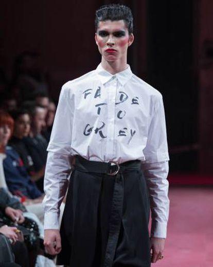 2. Una camisa blanca con mensaje, por 44 Studio.