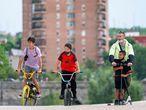 DVD1056 (05/06/2021) Dos niños en bici y un señor con otro en patinete pasean por Madrid Río en Madrid. ANDREA COMAS