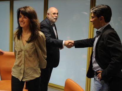 Mikel Arana, a la derecha, estrecha la mano de Jesús Loza en presencia de Aintzane Ezenarro.