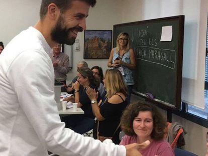El futbolista del Barcelona Gerard Piqué vota en el referéndum del 1 de octubre, según se puede apreciar en una imagen que ha colgado en su perfil de dicha red social.