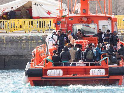 El grupo de Salvamar Menkalinan traslada a los ocupantes de dos pateras al puerto de Arguineguín, en Gran Canaria el 26 de noviembre.