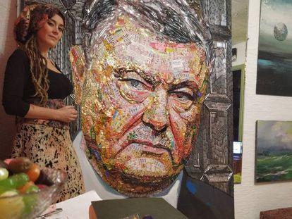 La artista ucrania Daria Marchenko con su obra 'El rostro de la corrupción', en su estudio de Kiev. En vídeo, Ucrania celebra hoy elecciones presidenciales.