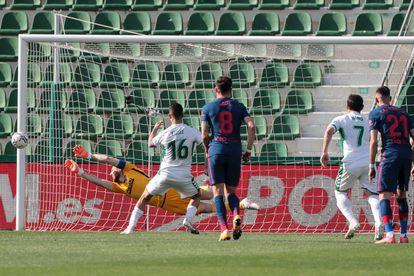 Fidel falla el penalti ante el Atlético este sábado en el Martínez Valero.