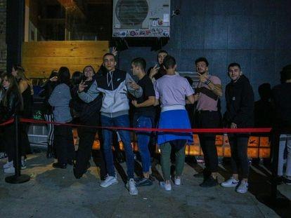 Jóvenes en la cola de una discoteca en Moncloa durante la primera noche sin restricciones en las discotecas de Madrid.