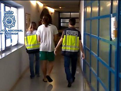 La policía detiene en Marbella a un hombre por filmar con su móvil a menores desnudos en la playa.