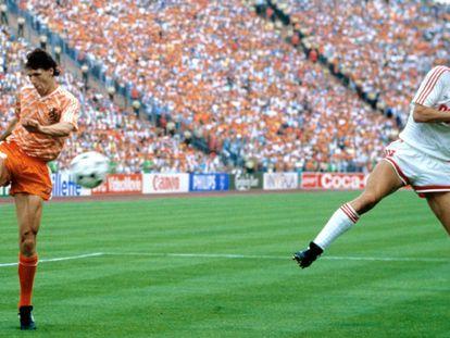 El holandés Marco Van Basten hace una volea en la final de la Eurocopa del 88.