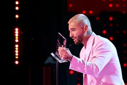 El cantante colombiano Maluma, con el premio Billboard Espíritu de la Esperanza el miércoles en Sunrise, a las afueras de Miami, Florida (EE.UU).