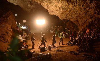 Soldados tailandeses se reúnen en la cueva de Tham Luang el 26 de junio durante la operación de rescate.