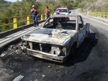 Vehículo calcinado tras enfrentamiento de autoridades y narcos en México