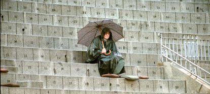 Joaquín Vidal, con capa y paraguas bajo la lluvia, en la plaza de toros de Las Ventas durante la corrida de Roberto Escudero, El Doctor y Miguel Ángel de la Feria de Otoño.