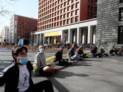 Protesta de Extinction Rebellion este viernes, en Madrid, para pedir al Gobierno una Asamblea Ciudadana por el clima.