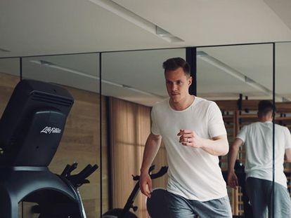 Ter Stegen se entrena en su gimnasio de casa.