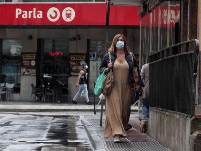 Varias personas pasan cerca de la estación de Cercanías de Parla, el viernes.