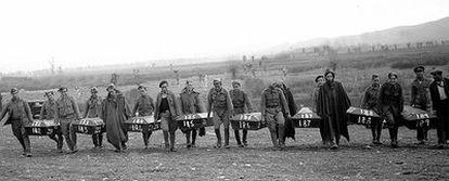 Exhumación de cuerpos de presos franquistas asesinados en 1936 cerca de Madrid, para trasladarlos al cementerio de Paracuellos del Jarama.