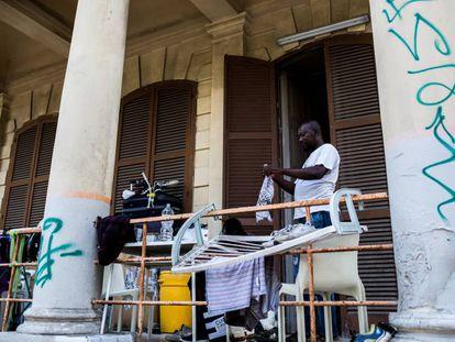 Moro, uno de los residentes en Villa Roth, pone a secar su ropa en el exterior de la mansión.