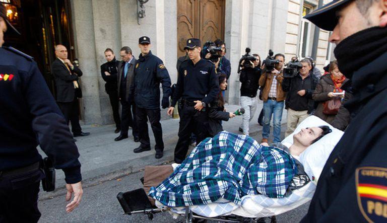 Antonio Meño, en coma desde 1989 tras una operación de estética, a su llegada al Tribunal Supremo el 3 de noviembre de 2010.