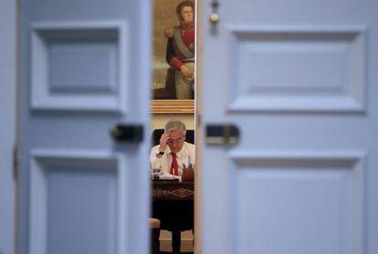 Piñera trabaja en su despacho en el Palacio de la Moneda.