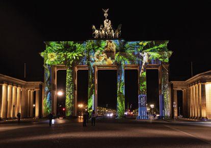 La puerta de Brandenburgo, en Berlín, iluminada durante el 'Festival de las luces', celebrado el pasado día 10 en la capital alemana.
